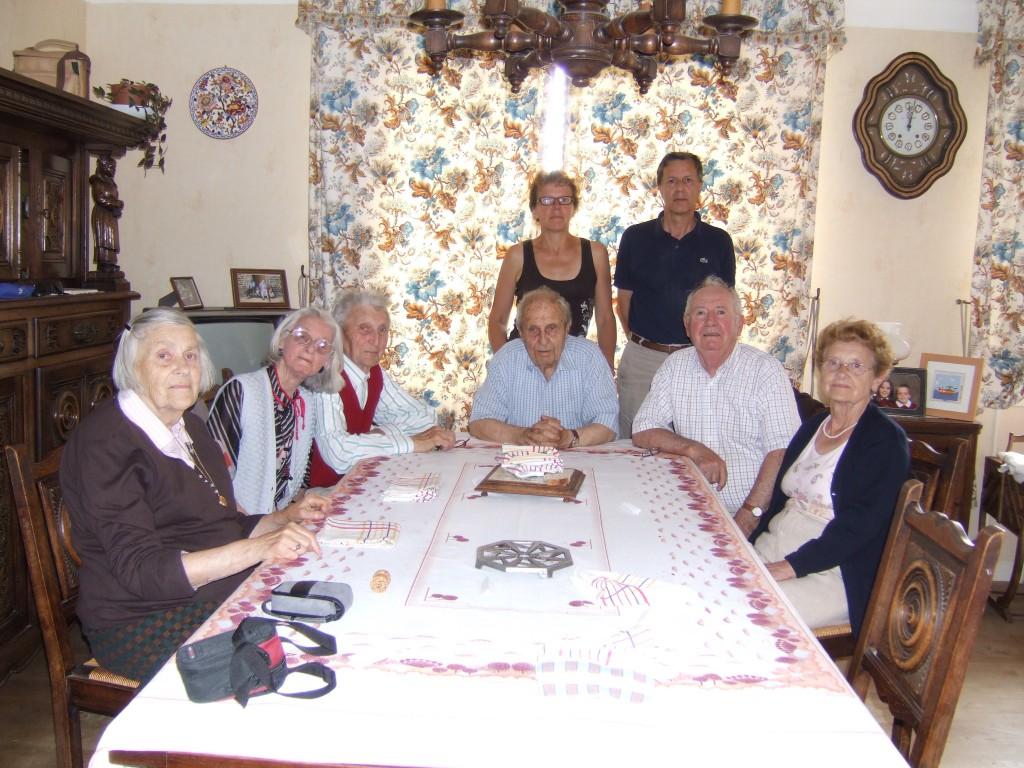 De gauche à droite, Simone, Jacqueline, Raymond, Georges, Henri et Yvonne. Derrière, Édith et Michel